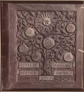 Fotografie eines holzgeschnitzten Bucheinbandes von der Guild of Handicraft in London, 1889 (vom Bearbeiter vergebener Titel) von Guild of Handicraft