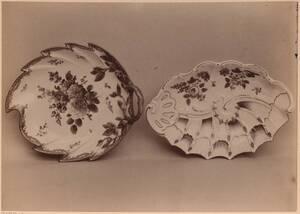 Fotografie zweier Teller in Form eines Blattes, um 1775 und einer Muschel, um 1760, mit Blumen-Motiven, von der Kaiserlichen Porzellanmanufaktur Wien (vom Bearbeiter vergebener Titel) von Kaiserliche Porzellanmanufaktur Wien