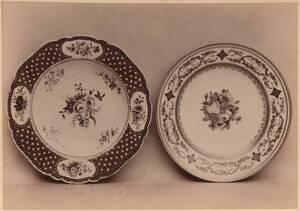Fotografie zweier Teller mit Blumen-Motiven, von der Kaiserlichen Porzellanmanufaktur Wien, um 1780 und von 1798 (vom Bearbeiter vergebener Titel) von Kaiserliche Porzellanmanufaktur Wien