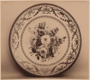 Fotografie eines Tellers mit Blumen-Motiv, von der Kaiserlichen Porzellanmanufaktur Wien, um 1798 (vom Bearbeiter vergebener Titel) von Kaiserliche Porzellanmanufaktur Wien