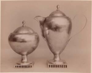 Fotografie einer Kaffeekanne und Zuckerdose aus Silber (Königsberg, 18. Jahrhundert) (vom Bearbeiter vergebener Titel) von Gmeiner, Wilhelm