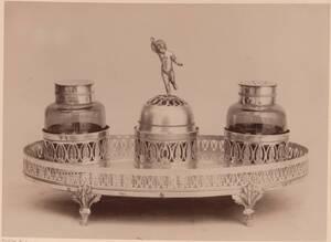 Fotografie eines silbernen Tintenzeugs aus Rom, 18. Jh. (vom Bearbeiter vergebener Titel) von Gmeiner, Wilhelm