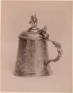 Fotografie eines silbernen Deckelkrugs (deutsch, 17. Jahrhundert) (vom Bearbeiter vergebener Titel) von Gmeiner, Wilhelm