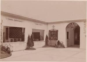 Fotografie eines Ausstellungsbereiches der Hausindustrie-Ausstellung 1905/1906 (vom Bearbeiter vergebener Titel) von Gmeiner, Wilhelm