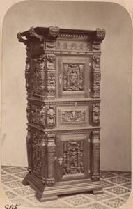 Fotografie eines Schrankes mit Schnitzereien des 17. Jahrhunderts (vom Bearbeiter vergebener Titel) von Anonym
