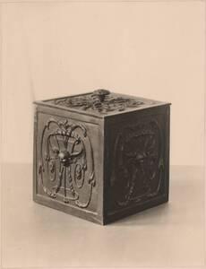 Fotografie einer gusseisernen Kassette (vom Bearbeiter vergebener Titel) von Reiffenstein, Bruno