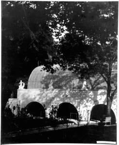 Fotografie einer Pergola im Garten der Villa Josefine Skywa und Robert Primavesi, in Wien, entworfen von Josef Hoffmann (vom Bearbeiter vergebener Titel) von Anonym