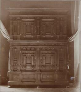 Fotografiee eines Schrankes mit Schnitzereien im Renaissance-Stil des 17. Jahrhunderts (vom Bearbeiter vergebener Titel) von Anonym