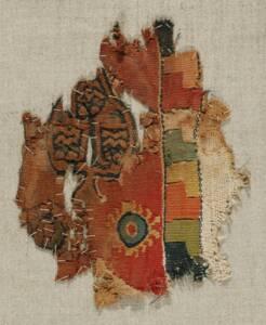 Zierstreifen (Clavus) mit Geweberest; stilisiertes Bäumchen und zwei Rosetten mit zellenschmelzartigen Begleitstreifen (deskriptiver Titel) von Anonym