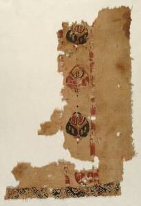 Tunikafragment mit Zierstreifen (Clavus) aus stilisierten bunten Blättern; Begleitstreifen und Saumborte (deskriptiver Titel) von Anonym