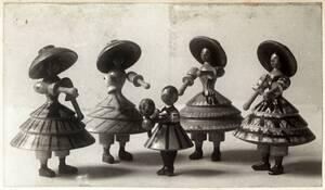Fünf Spielfiguren: Tänzerinnen und Kind von Harlfinger-Zakucka, Fanny